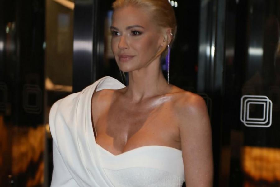 Glamurozna žurka u belom: Nataša proslavila 40. rođendan, gosti oduševili odevnim kombinacijama (video)