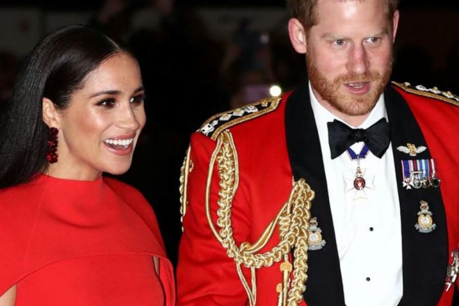 Crveno na kraljevski način: Hari poslednji put u uniformi, Megan ponela ogrtač od 1.000 evra (foto)