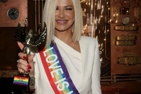 Izabrali su baš nju: Nataša Bekvalac obukla belo odelo i ponosno uzela svoj trofej (foto)