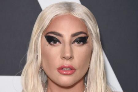 Trenutak nepažnje mogao je biti koban: Lejdi Gaga pala sa visoke bine! (video)
