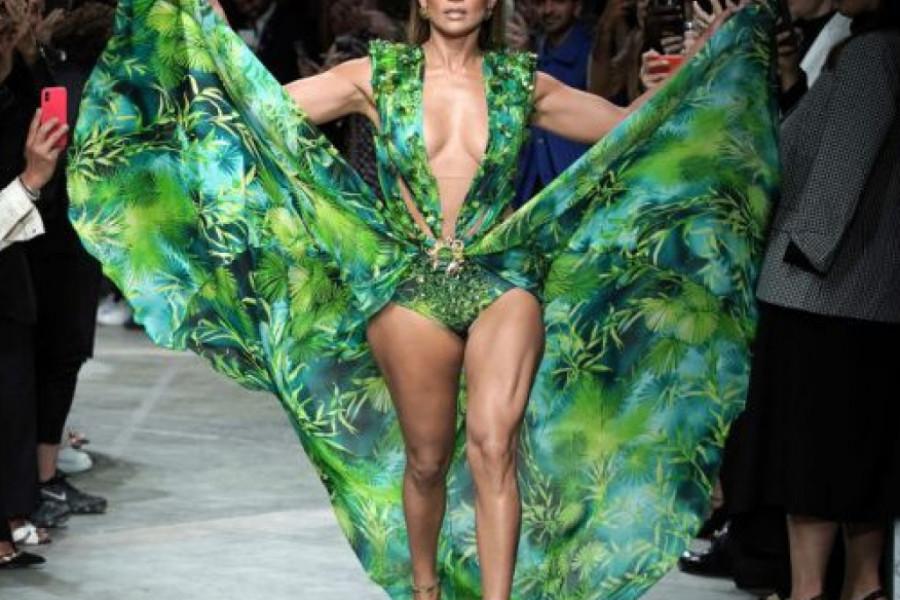 """Spektakl na """"Versace"""" reviji: Džej Lo zapalila pistu u legendarnoj haljini iz 2000."""