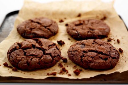 Samo 10 minuta i četiri sastojka za čokoladne kolačiće koji će vas oduševiti!