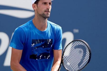 Zabrinuo: Novak je juče nekoliko puta prekidao trening, a sada je otkrio i razlog