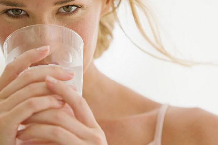 Pet razloga zašto voda u vašoj čaši ne treba da bude hladna već topla