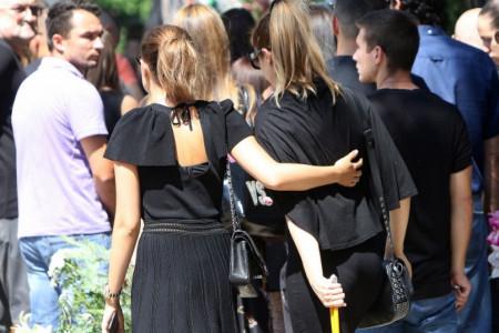 Rada Manojlović i Aleksandra Prijović zagrljene i u suzama ispraćaju prijateljicu (foto)