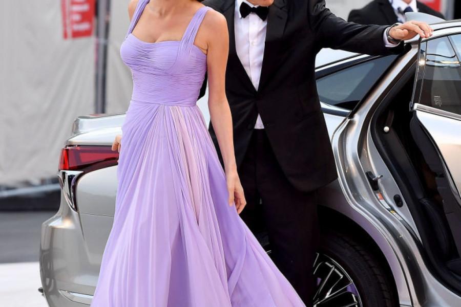 Džentlmen i romantik: Džordž Kluni brodom odveo suprugu na večeru sa Mišel i Barakom Obamom (video)