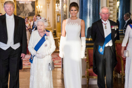 Trampovi na svečanoj večeri kod kraljice Elizabete: Melanija blistala, Ivanka u skupoj i pogrešnoj haljini (foto/video)