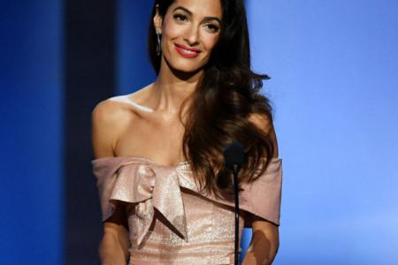 Uvek savršeno elegantna: Amal Kluni zablistala u haljini boje vina (video)