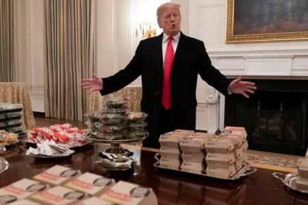 Donald Tramp organizovao gozbu u Beloj kući: Imamo pice, 300 hamburgera, mnogo, mnogo pomfrita! (foto)
