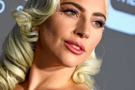 Glamur na jednostavan način: Lejdi Gaga elegantnim stajlingom pokorila crveni tepih
