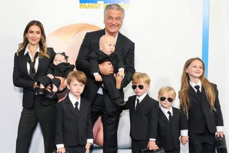 U punom sastavu: Alek Boldvin sa suprugom Hilarijom i šestoro dece prošetao crvenim tepihom