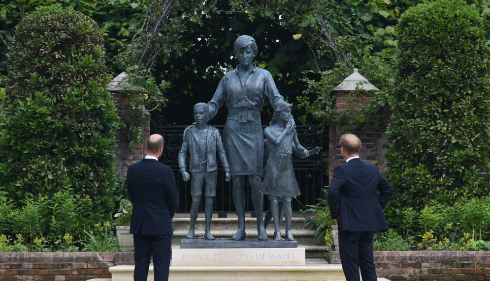 Princeza Dajana pomirila sinove: Nasmejani Vilijam i Hari otkrili spomenik majci (foto)