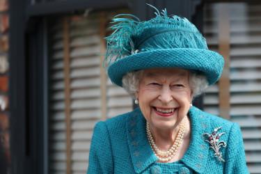Verna joj je pola veka: Zašto kraljica Elizabeta toliko voli ovu tašnu