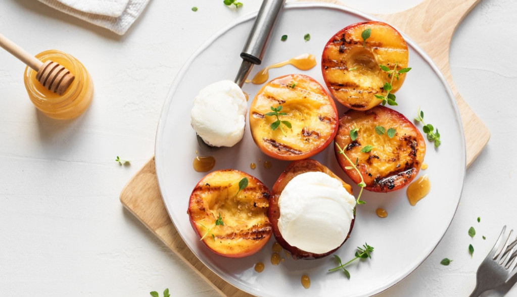Recept meseca: Grilovane nektarine sa medom i kremom