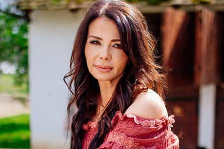 Parče raja na Fruškoj gori: Zavirite u prelepu vikendicu Jelene Bačić Alimpić u kojoj nastaju njene knjige (foto)
