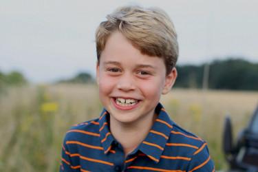 Isti otac: Princ Džordž slavi 8. rođendan, Kejt objavila najnoviju dečakovu fotografiju (foto)