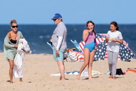 Sara Džesika Parker iznenada prekinula snimanje serije, sa suprugom i ćerkama uživa na plaži
