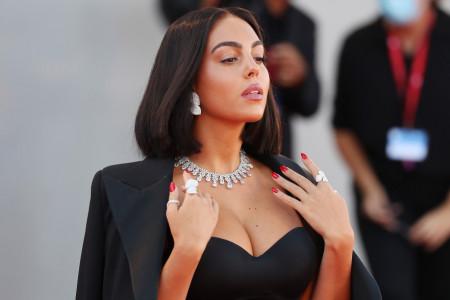 Dekolte i dijamanti: Ronaldova verenica napravila pometnju na crvenom tepihu u Veneciji (foto)