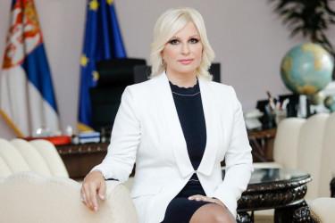 Ministarka u ležernom izdanju: Zorana Mihajlović iznenadila odvažnom modnom kombinacijom (foto)