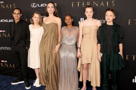 Anđelina Džoli sa decom na crvenom tepihu: Zahara u maminoj haljini sa Oskara, Šajlo više ne želi da bude dečak