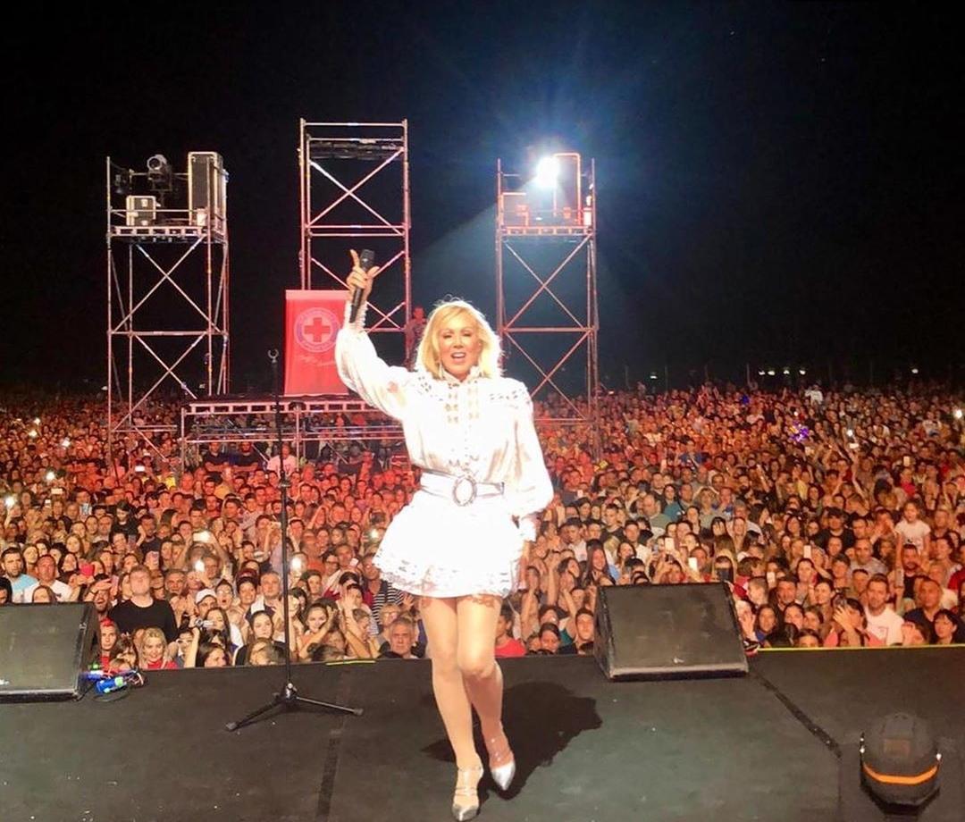 Lepa Brena pevala pred 20.000 ljudi u Kruševcu! (video) || Hello Magazin!